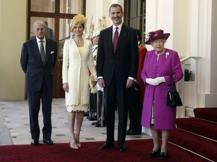 Para su primer acto  en su visita de Estado, Letizia  lució una pieza en color amarillo limón del diseñador Felipe Varela y unos tacos color nude. (Prensa Asociada)