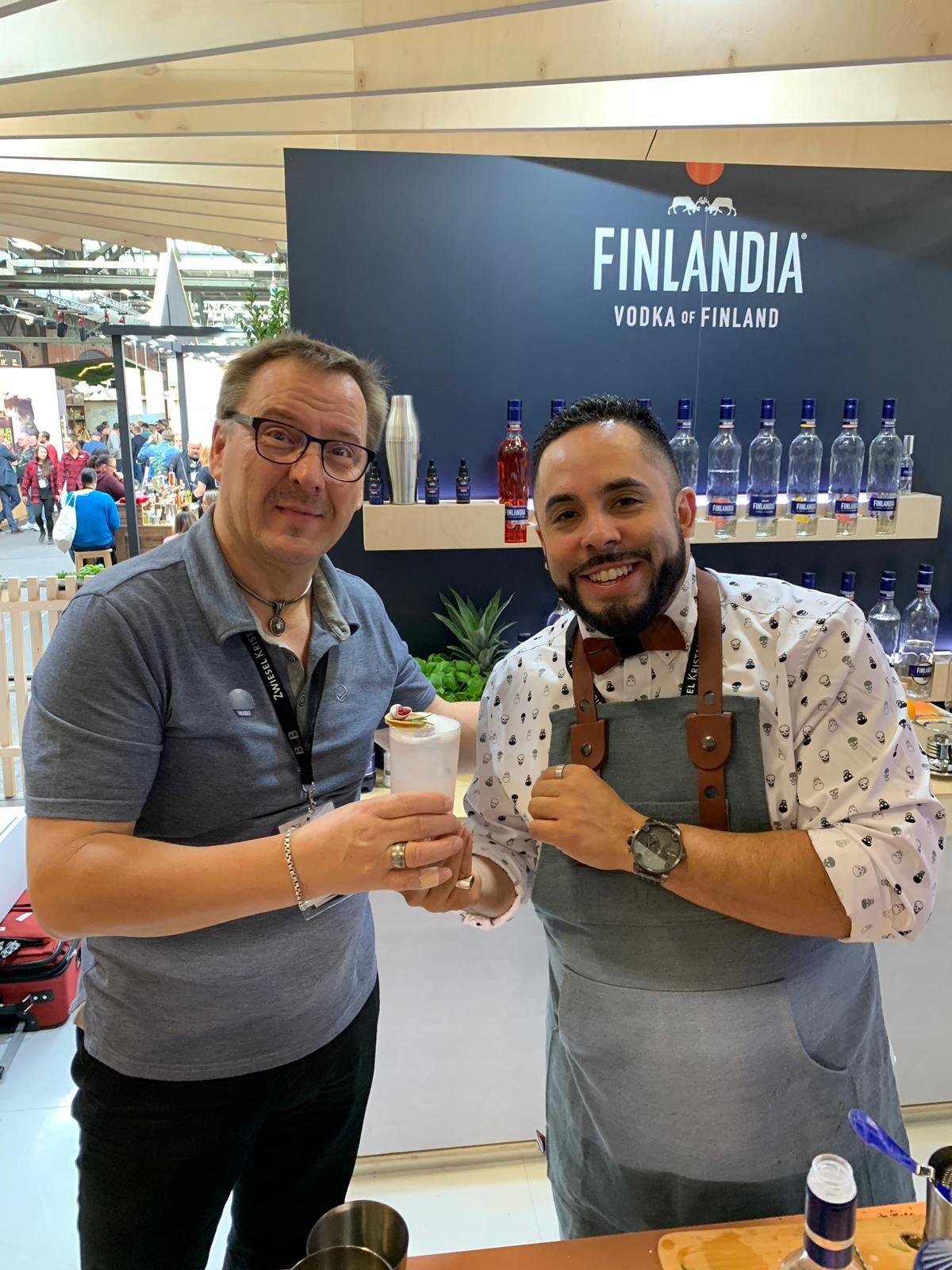 Markku Raittinen, Master Taster de vodka Finlandia escucha la descripción del cóctel, que contiene vodka Finlandia, sirope de romero, jugo de limón y Peyshaud's bitters, o amargos aromáticos florales.