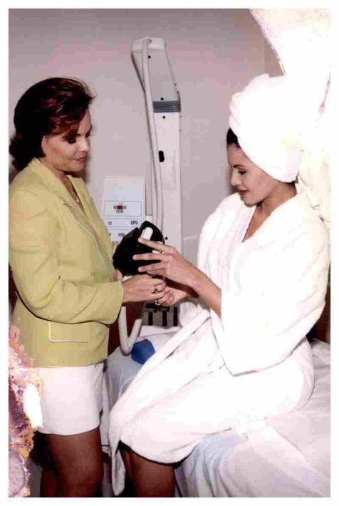 La experta Maribel Castrodad también trabajó mano a mano con los certámenes de belleza locales. En esta foto aparece junto a Miss Universe Puerto Rico 1998, Joyce Giraud. (Foto: Suministrada)