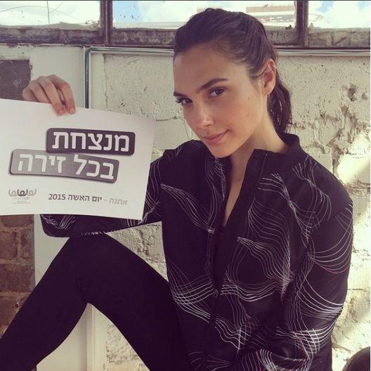 Lista para el combate. La actriz israelí hizo el servicio militar obligatorio en su país. En distintas ocasiones ha dicho sentirse orgullosa de haber formado parte de la Fuerza de Defensa de Israel durante 2 años. En ese tiempo adquirió conocimientos de combate y manejo de armas. (Instagram/ @gal_gadot)