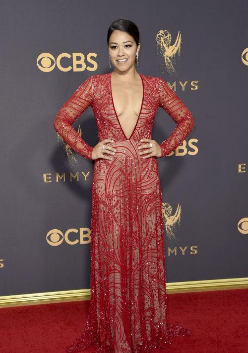 Gina Rodríguez también optó por llevar el color rojo, uno de los más populares de la velada. La actriz llevó un vestido con un amplio escote en la parte frontal, diseño de Naeem Khan. (AP)