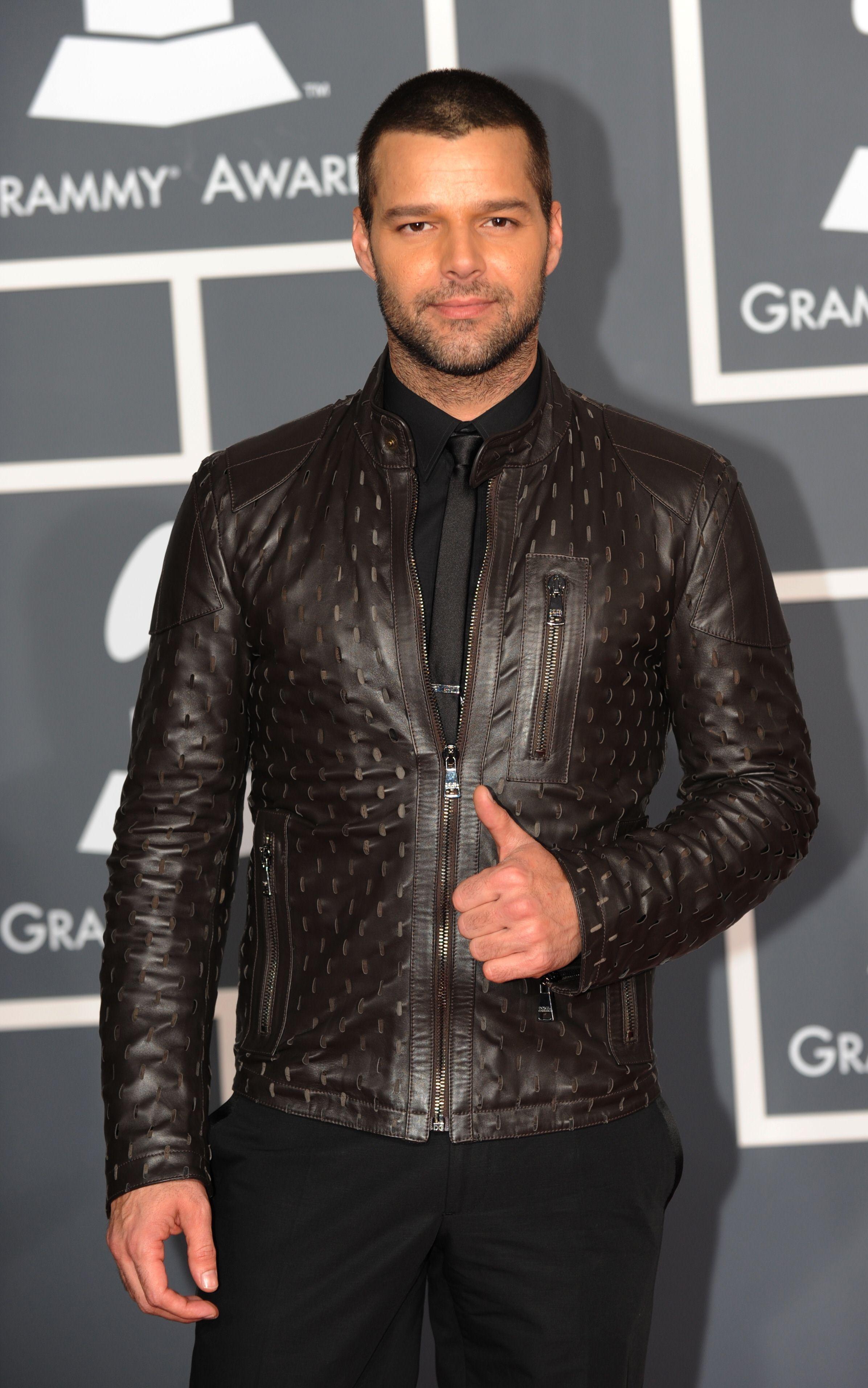 La chaqueta de cuero fue el punto focal de su vestimenta durante los Grammy de 2010. (Archivo)