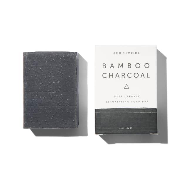 Herbivore Bamboo Charcoal Detoxifying Soap Bar. (Suministrada)