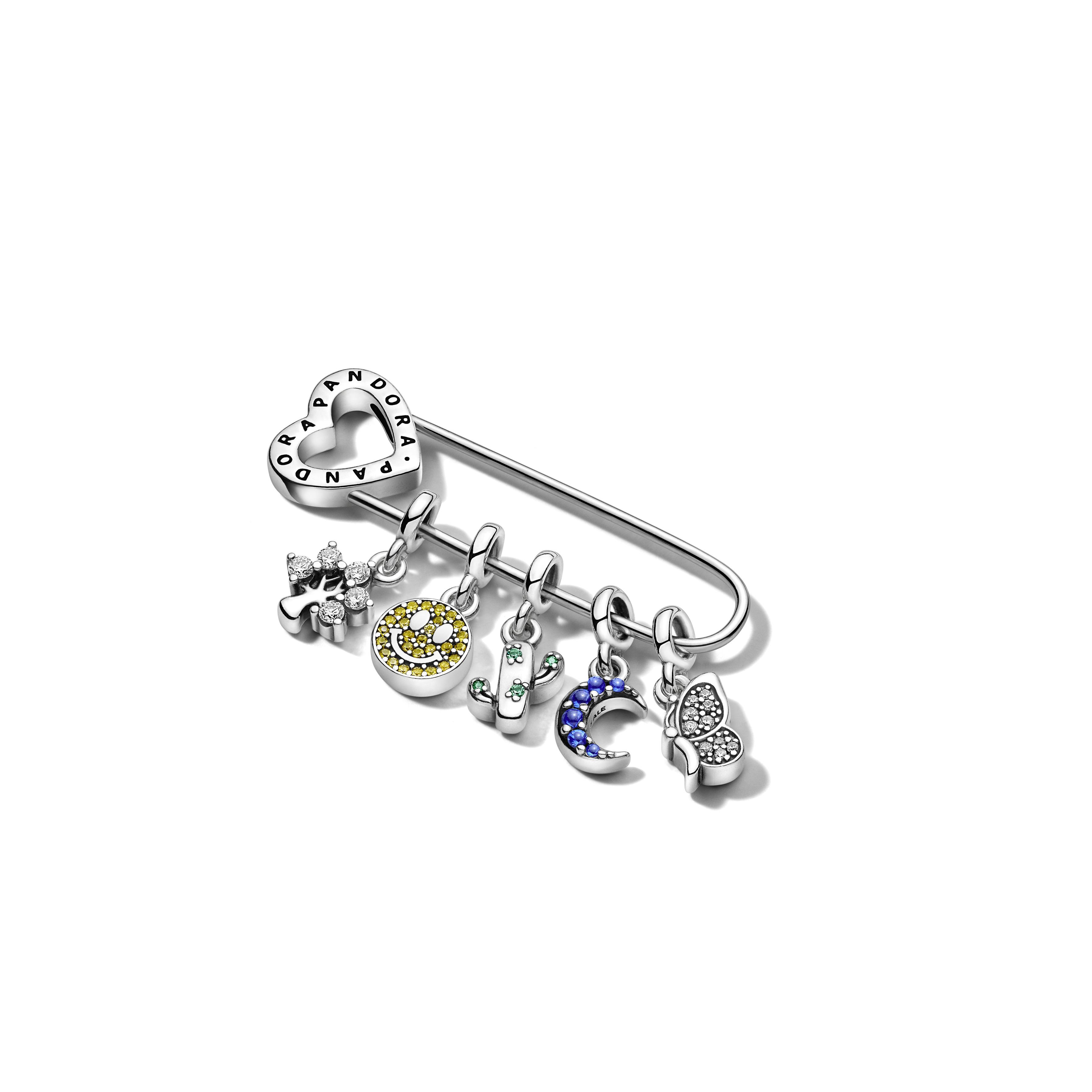 Además de los brazaletes, incluye un pendiente al que le se pueden agregar dijes. (Suministrada)