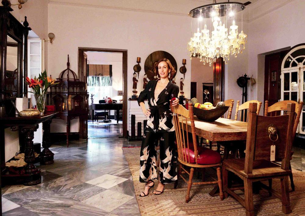 Una imagen de la española Patricia Fernández Ortiz en un salón de su casa de Calcuta. (Foto: EFE/ Subir Halder)