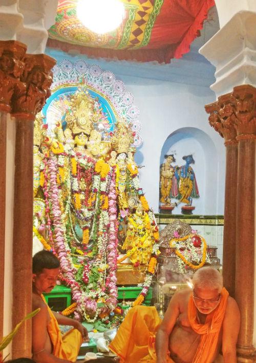 Diosa de la fortaleza, la fertilidad y la victoria, Durga (al fondo con sus adornos, es avatar de Parvati, la esposa de Shiva quien, junto a Vishnu y Brahma, son los tres dioses (Trimurti) más importantes de la mitología hinduista. (Foto: EFE/Marga Sánchez Pacheco)