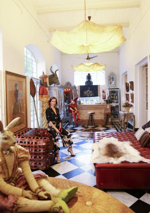 Patricia Fernández, diseñadora de muebles y espacios, divide su tiempo entre Madrid y Calcuta. En la imagen en una de las estancias de su bungaló. (Foto: EFE/ Subir Halder)
