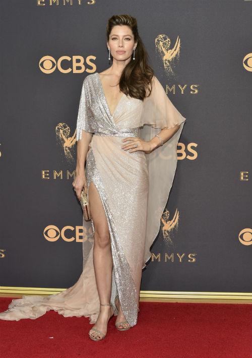 Jessica Biel optó por un estilo diferente, más holgado y en tonos plateado y rosa, de Ralph & Russo Couture. (AP)
