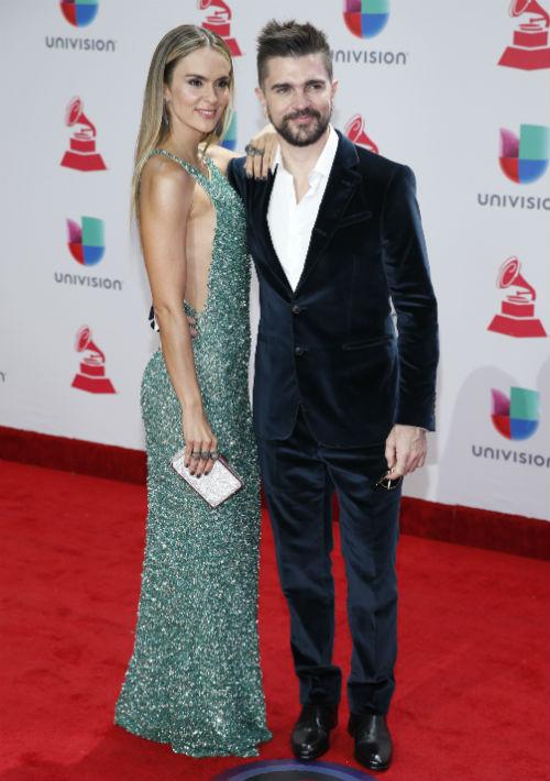 Juanes y Karen Martínez (AP)