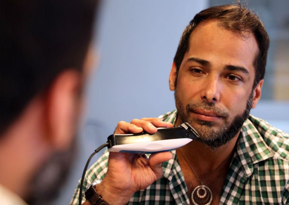El diseñador se sentó frente a un espejo y eliminó su pronunciada barba. (Juan Luis Martínez/ GFR Media)