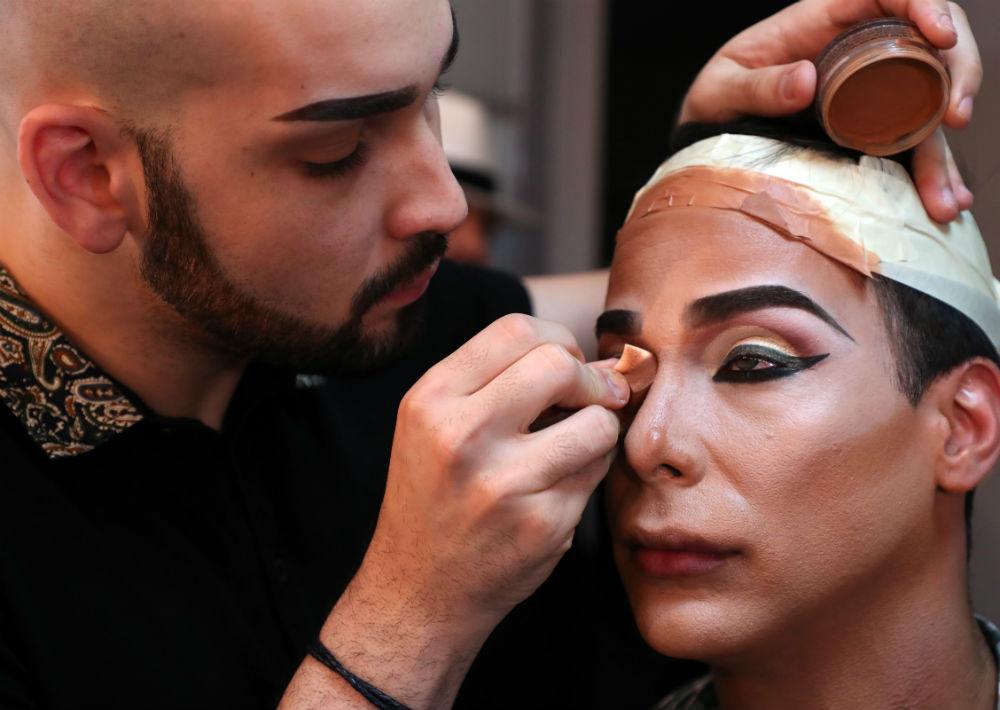 Fue maquillado, sin verse durante tres horas, por el joven maquillista y transformista Cheyenne Cruz, intérprete del personaje Angelina Bee. (Juan Luis Martínez/ GFR Media)