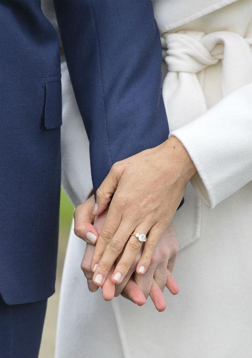 El anillo de compromiso contiene dos diamantes que pertenecieron a la princesa Diana, madre de Harry y William, y fue diseñado por el propio príncipe, según se informó. (AP)