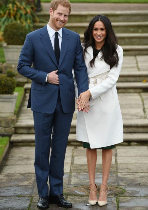 El príncipe Harry y su prometida, la actriz Meghan Markle posaron esta tarde para los medios. (AP)