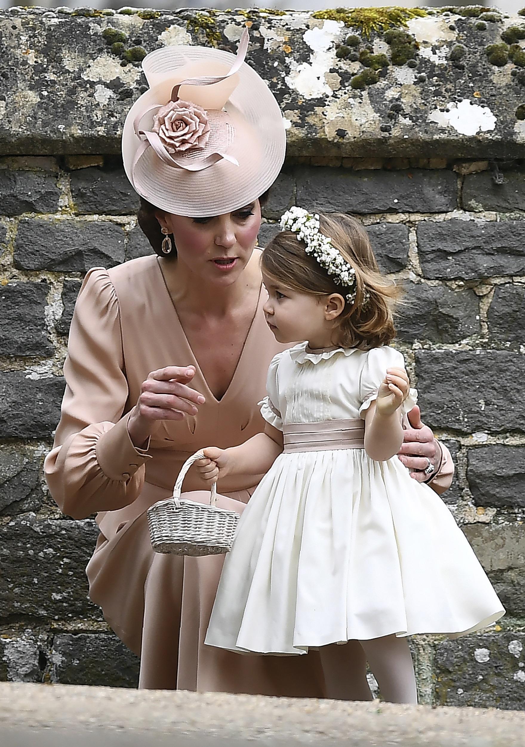 La duquesa junto a la pequeña Carlota (AFP PHOTO / POOL / Justin TALLIS)