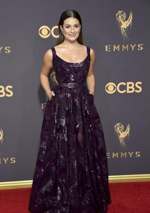 Lea Michele se decantó por el color vino con un vestido con un aspecto brilloso líquido, de Elie Saab. (AP)