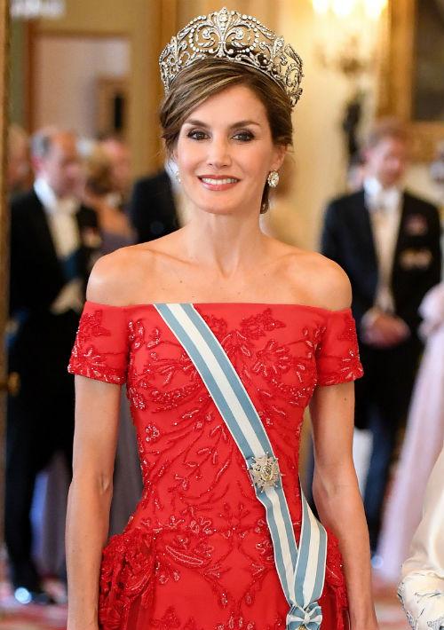 Letizia ha demostrado que no le teme al rojo, color que ha seleccionado para actividades formales y de gala, como la que tuvieron este año en Londres con motivo de su viaje oficial.