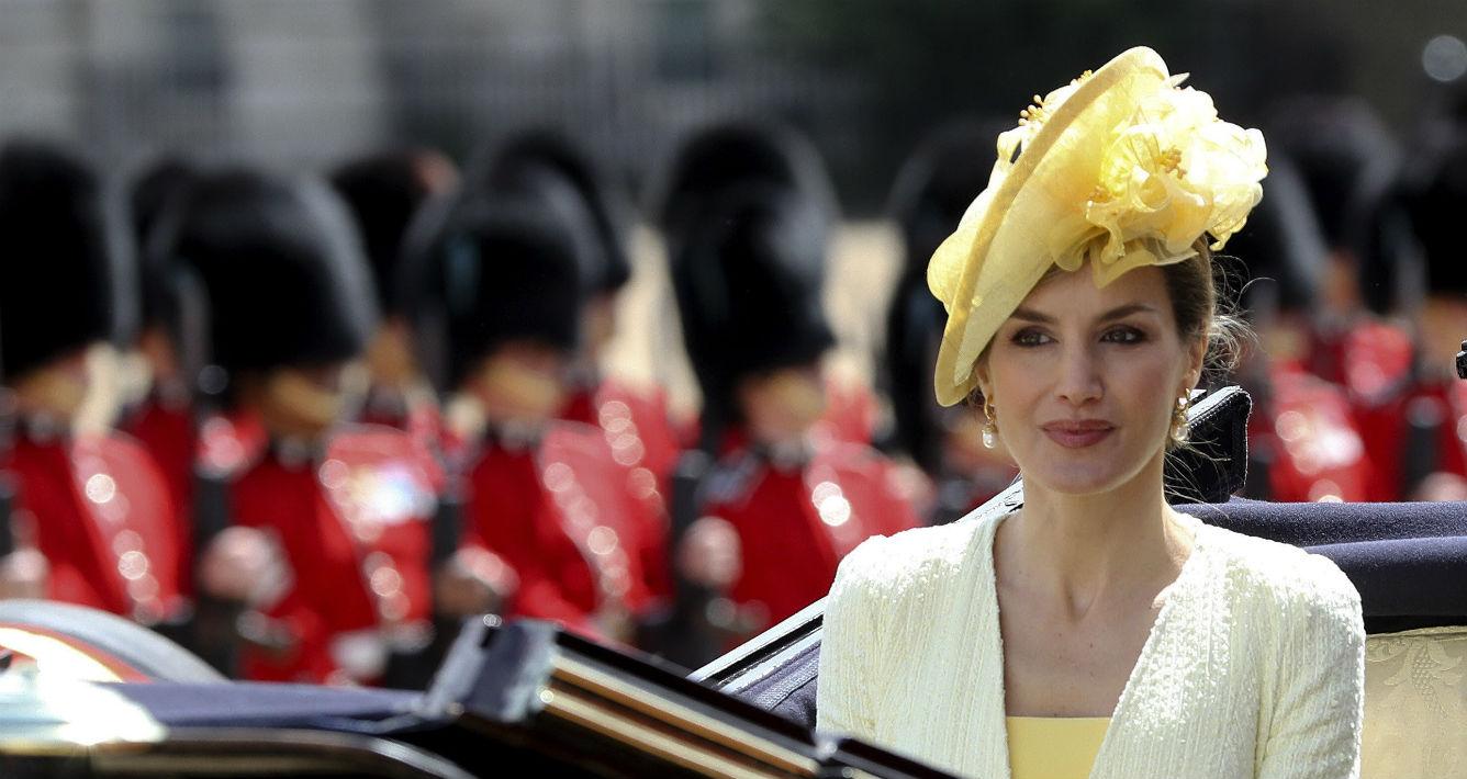 Foto de la caravana en la que participaron junto a la reina Elizabeth II de Inglaterra, visita en la que Letizia cautivó a muchos con su estilo.