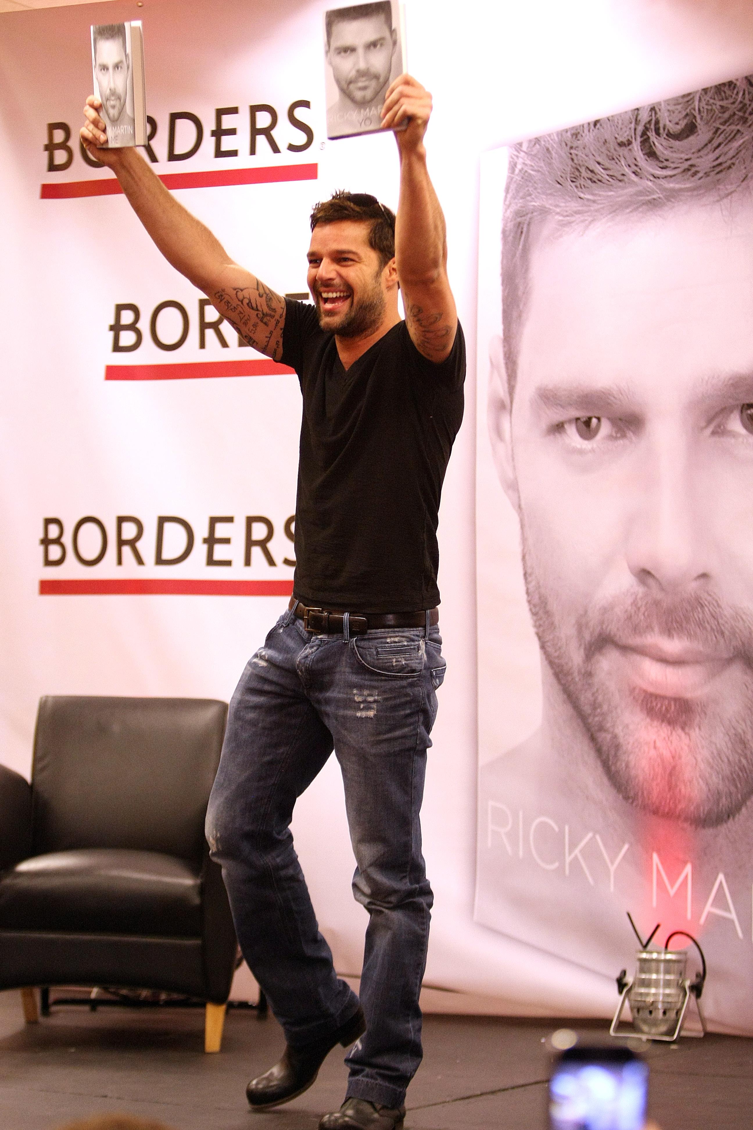 """Una sencilla camiseta negra y mahones fue lo que utilizó para presentar en Puerto Rico su libro """"Ricky Martin"""" en noviembre de 2010. (Archivo)"""
