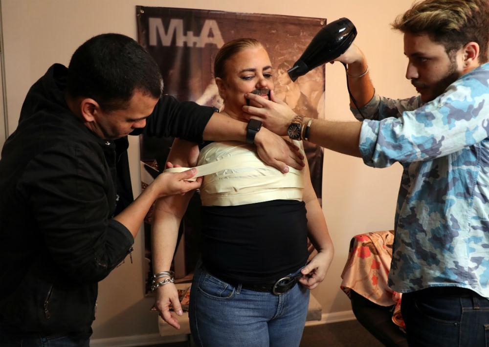 Fue maquillada por Josafat Arzuaga, quien ejerce el arte del transformismo desde hace 14 años. (Juan Luis Martínez/ GFR Media)
