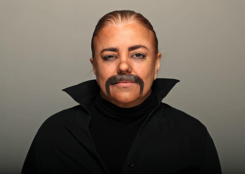 Un bigote y un sombrero completaron su transformación temporera. (Juan Luis Martínez/ GFR Media)