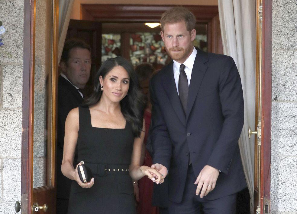La fiesta de verano en la residencia del embajador británico en Dublin, Irlanda fue el escenario para luciera un vestido negro de manguillos anchos de Emilia Wickstead. (AP)