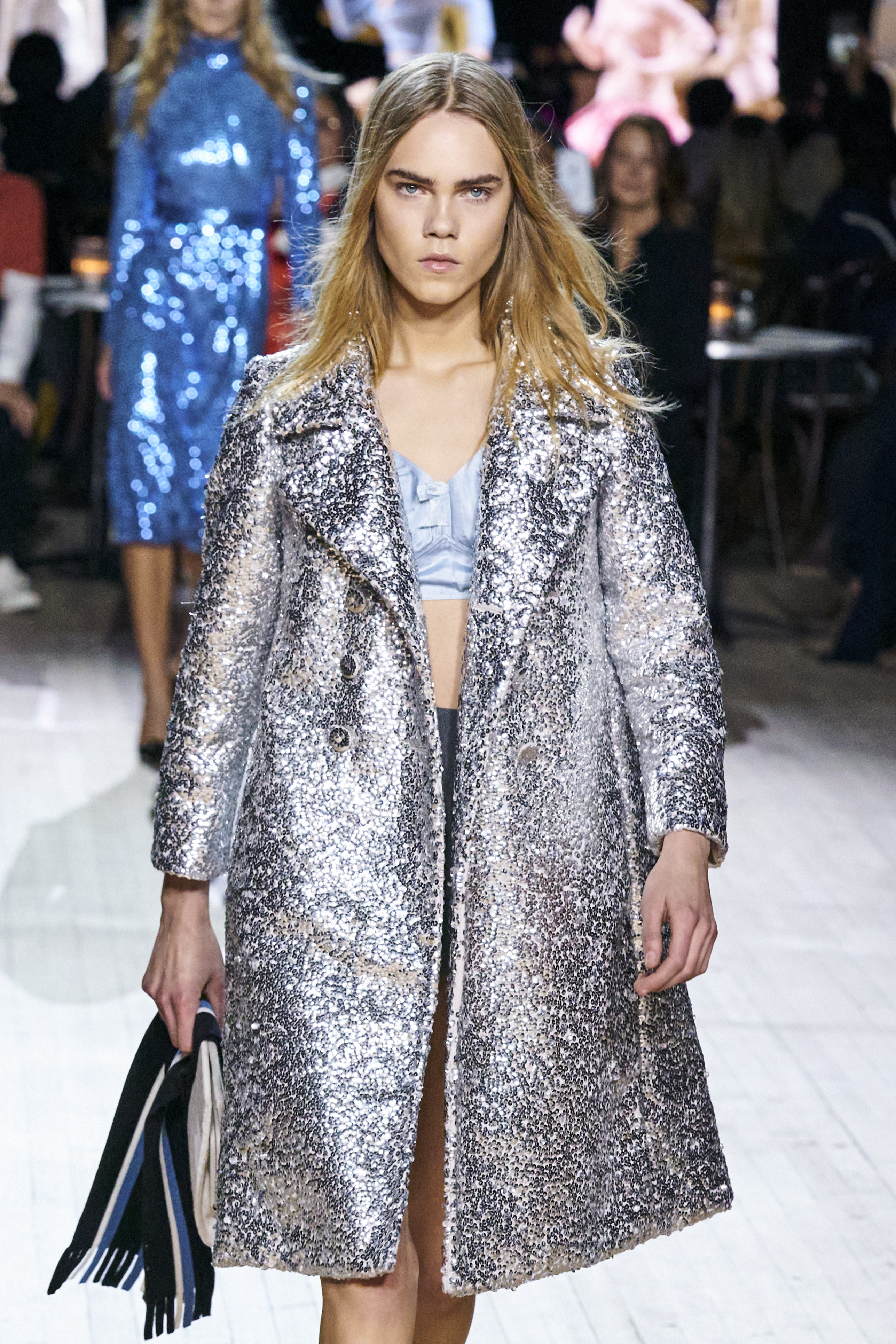 Atrévete a salir de la monotonía y lucir una chaqueta plateada. Esta prenda de vestir presentada por Marc Jacobs en su desfile para esta temporada, puede llevarla tanto con un vestido como con tu mahón favorito. (WGSN)