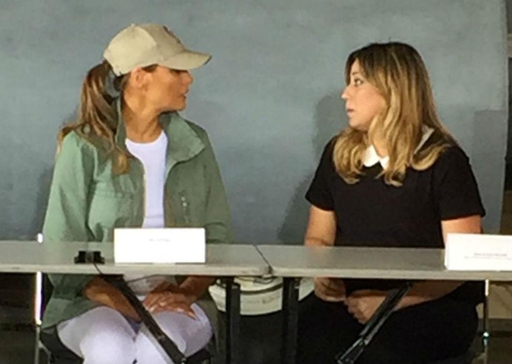 El elemento que más ha llamado la atención en las redes sociales son las botas Timberland. En la foto, Melania conversa con la primera dama de Puerto Rico, Beatriz Rosselló. (mabel.figueroa@gfrmedia.com)