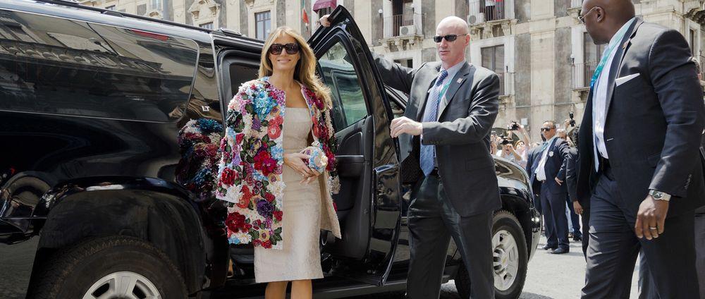 Una de las piezas más controversiales que ha utilizado, colorida y florida chaqueta de Dolce & Gabbana que salió a la venta en $51,000 y que utilizó el año pasado para asistir a un almuerzo con las esposas de los líderes del G7. (Foto: Archivo)