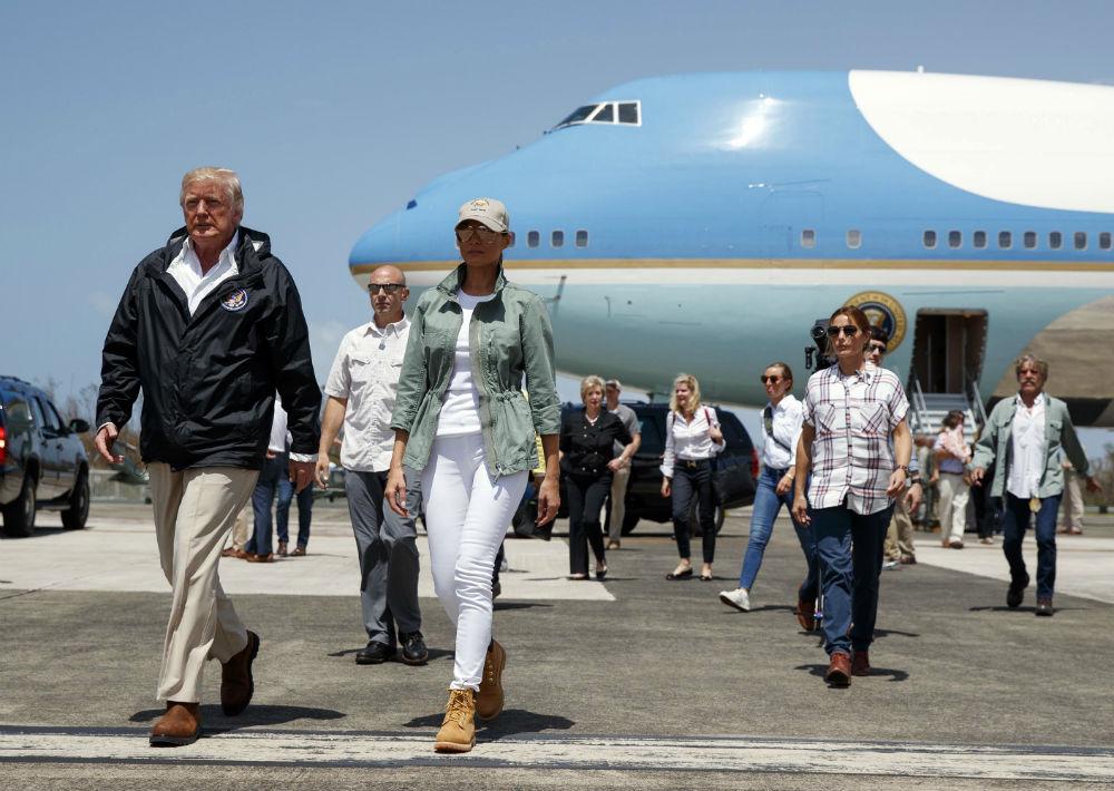 La primera dama optó por un ajuar compuesto de una chaqueta con aire militar -un estilo que a la primera dama le gusta, pues lo ha llevado en más de una ocasión- blusa y pantalones blancos ajustados. (AP)