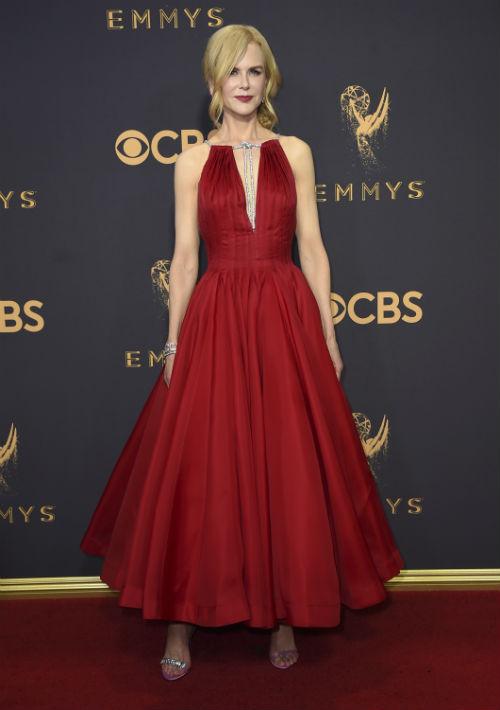 """Nicole Kidman seleccionó un vestido """"halter"""" rojo, de Calvin Klein by Appointment. (AP)"""