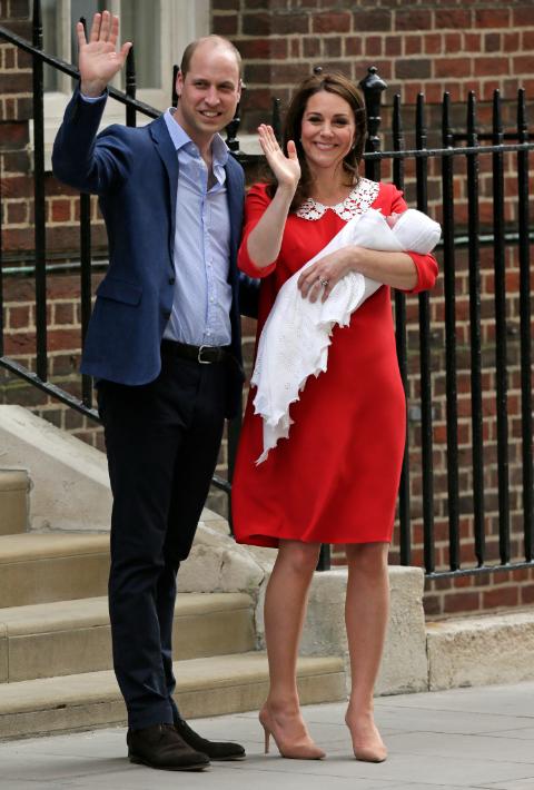 Cerca de la 1:00 p.m. (hora de Puerto Rico), Kate Middleton y el príncipe William salen del hospital St. Mary junto a su tercer hijo. (AP)