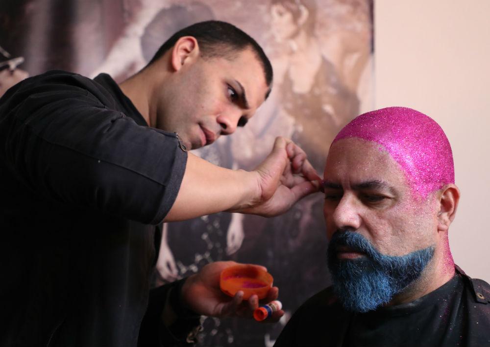El diseñador integró brillo y mucho color a su barba y cabeza rapada. (Juan Luis Martínez/ GFR Media)