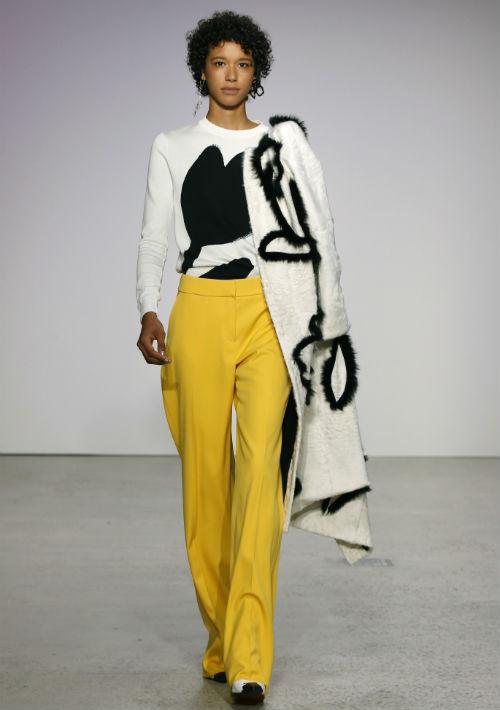 Los nuevos diseñadores de Oscar de la Renta, Fernando García y Laura Kim, presentaron una colección caprichosa en la Semana de la Moda de Nueva York. (AP)