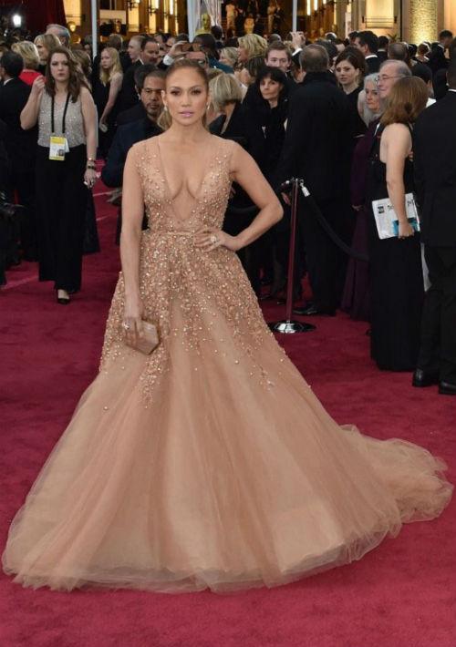 En la ceremonia de los premios Oscar en 2015 con un vestido de Elie Saab. (Archivo)