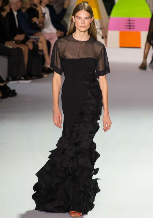 """Meryl Streep - Para ella no es algo nuevo acudir a un evento de alfombra roja vestida de negro. Este parece ser uno de los colores preferidos de la nominada como mejor actriz dramática por su papel en """"The Post"""". Por su estilo más conservador, luciría muy bien con este vestido de Akris que tiene un poco de transparencia en la parte superior y detalles de volantes en parte de la falda. (Foto: WGSN)"""
