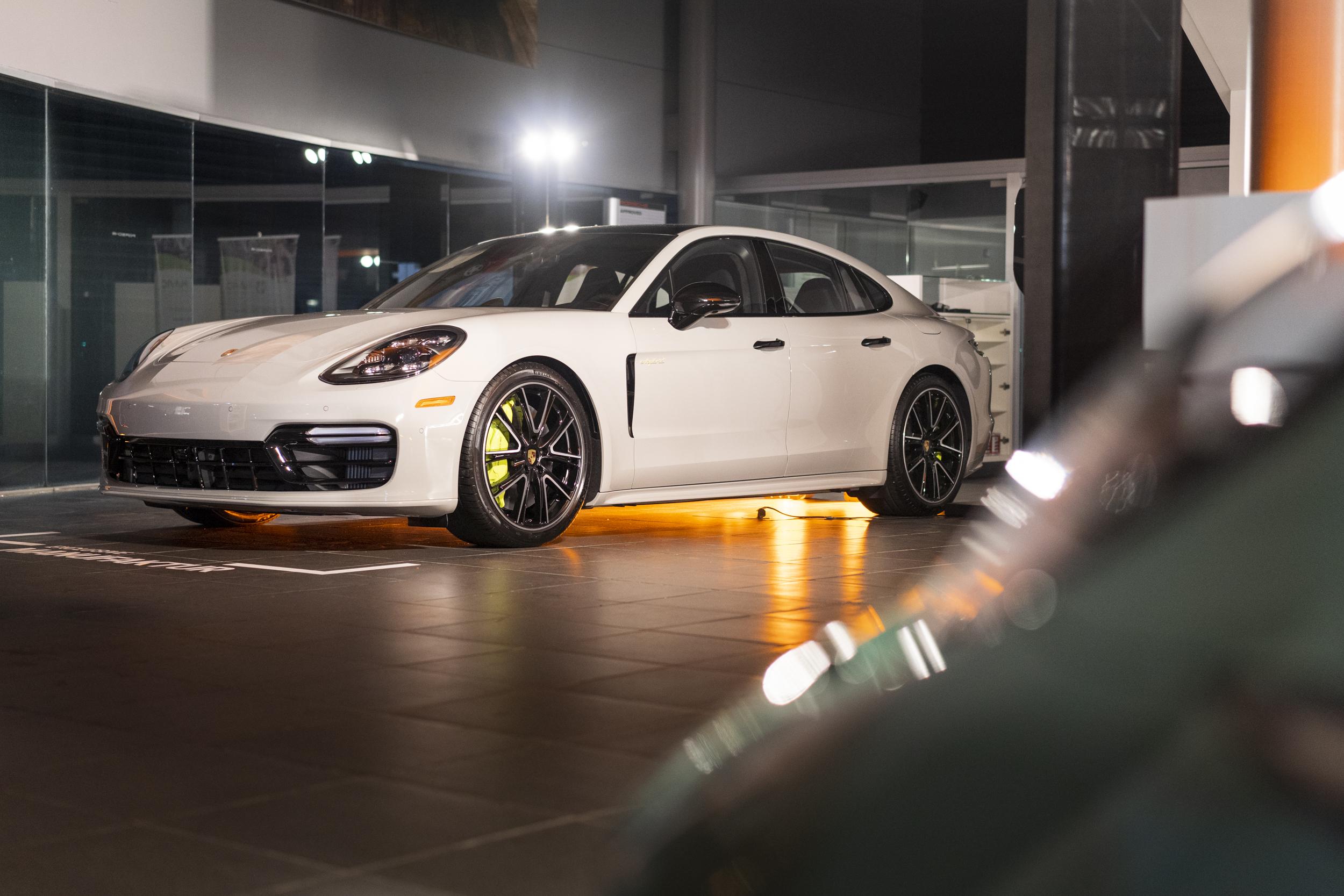 El programa Exclusive Manufaktur fue establecido en Alemania y cuenta hasta el momento con 92 concesionarios Porsche distribuidos entre 37 países.