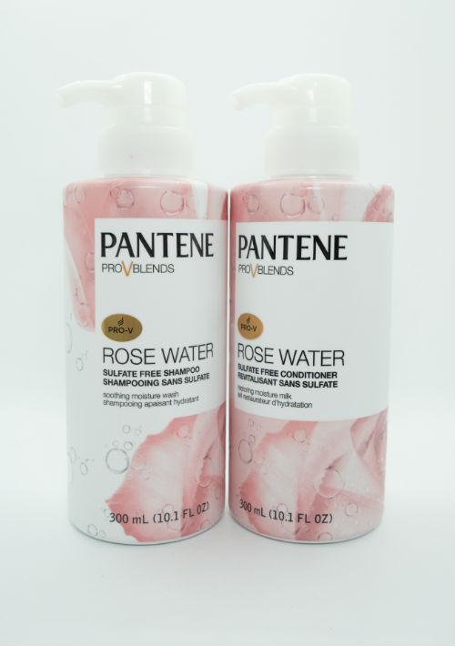 Sin sulfatos - Pantene se une al movimiento de productos para el cabello sin sulfatos y presenta la colección Pantene Pro-V Rose Water. Este sistema de champú y acondicionador cuenta con ingredientes conocidos por hidratar la piel, combinando agua de rosas de pétalos y capullos de la planta Rosa Gálica - que se encontró es rica en Vitaminas B3 y B5 - con su legendaria pro-Vitamina B-5 y antioxidantes.