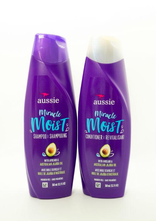 Para el verano - El agua de mar reseca los cabellos y, a los teñidos, más que a los demás. Por eso, la marca Aussie apuesta a las fórmulas de la línea Miracle Moist con ingredientes como aceite de jojoba, aloe, aguacate y algas marinas que dejan tu cabello suave y manejable.