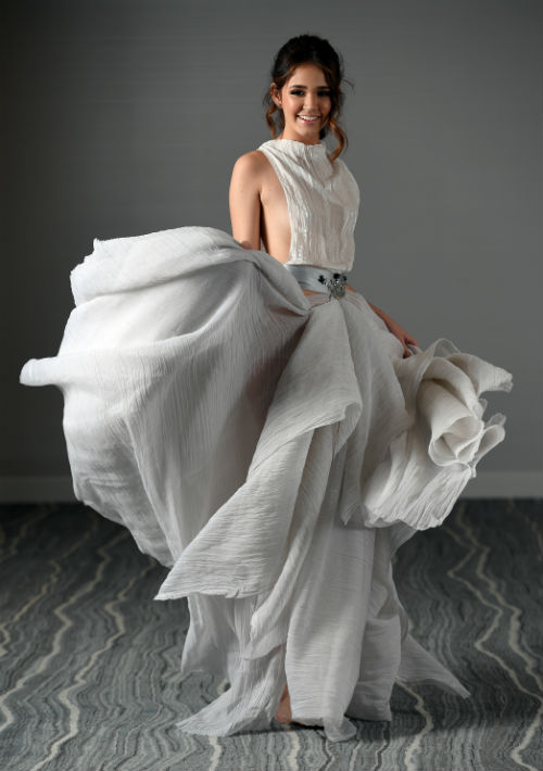 Vestido blanco y gris, de Gustavo Arango, en The Mall of San Juan; sandalias color plata, de Novus, en Plaza las Américas; y cartera, de Galería. (Foto: Andre Kang)