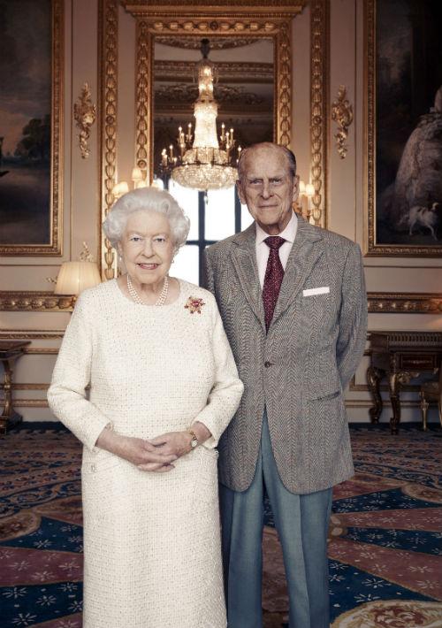 Siete décadas después, la reina Elizabeth II y el príncipe Philip, a sus más de 90 años, siguen siendo una pareja fuerte cuyo matrimonio es una piedra angular en la vida pública británica en medio de un mundo de cambio. (AP)