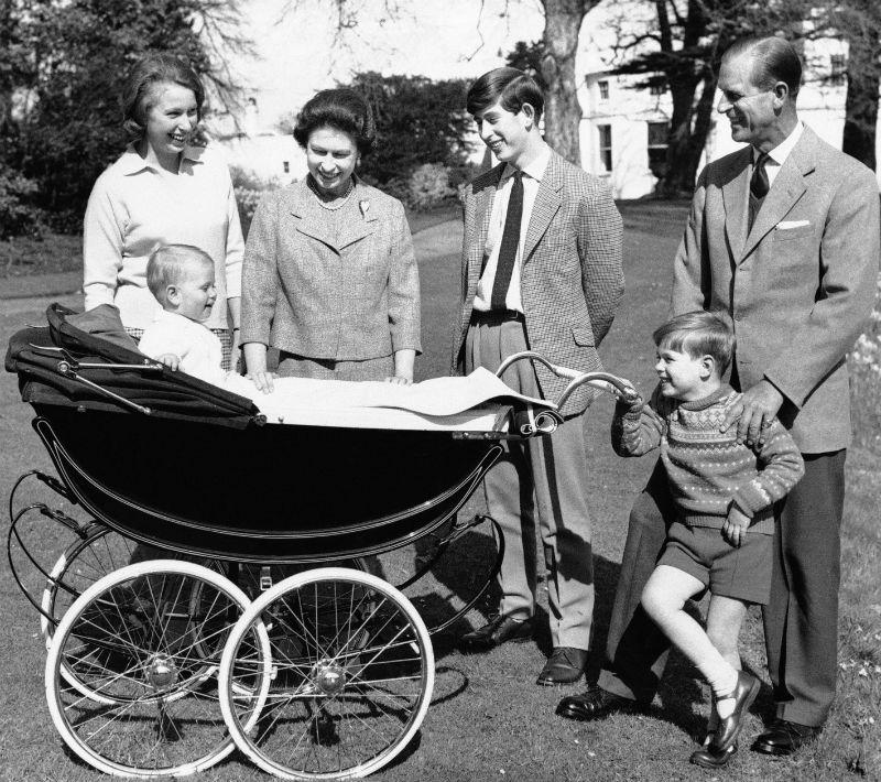 Elizabeth conoció a Philip, oficial de la Marina e hijo del príncipe Andrés de Grecia, en la boda de un primo de Philip en 1934. (AP)