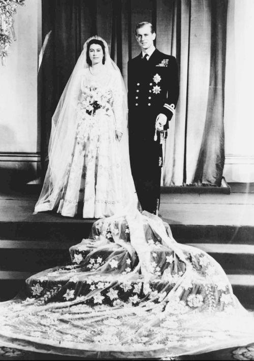 Cuando la princesa Elizabeth de Inglaterra, de 21 años, contrajo matrimonio con el teniente Philip Mountbatten, de 26, en la abadía de Westminster en 1947, el enlace provocó alegría y festejos en un país que se recuperaba de la Segunda Guerra Mundial. (AP)