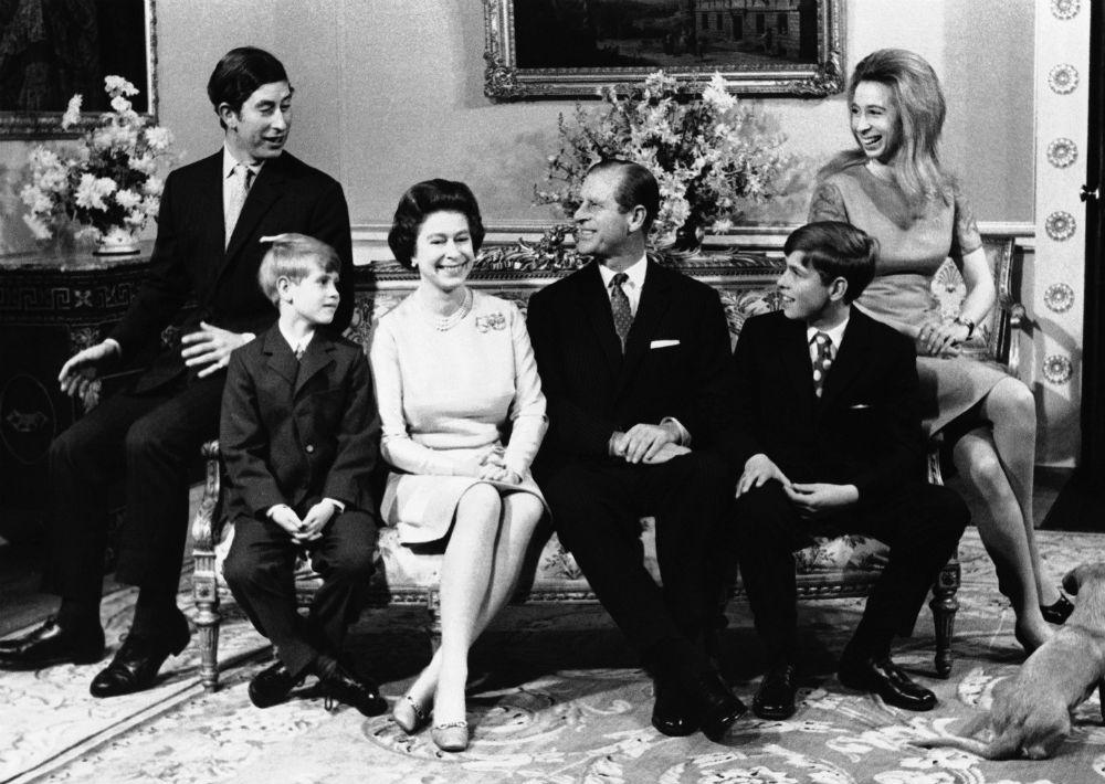 En las décadas posteriores, Philip, que ostenta el título de duque de Edimburgo, pasó casi la totalidad de su matrimonio apoyando a su esposa en su papel de jefa del Estado. (AP)