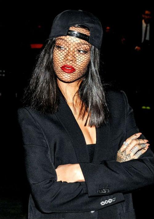 La cantante Rihanna es una de las estrellas que suele lucir muchas de estas piezas. (AP)