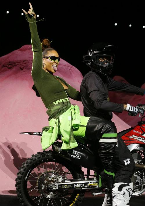 Rihanna entró en la parte trasera de una motora a su desfile en la Semana de la Moda de Nueva York. (AP)