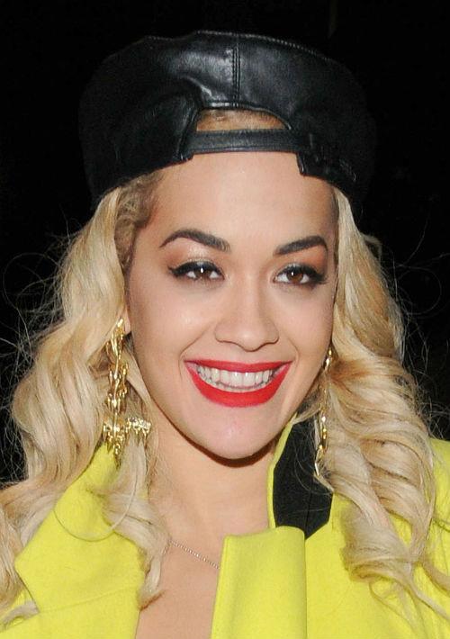 La cantante y actriz Rita Ora en una de sus piezas. (AP)