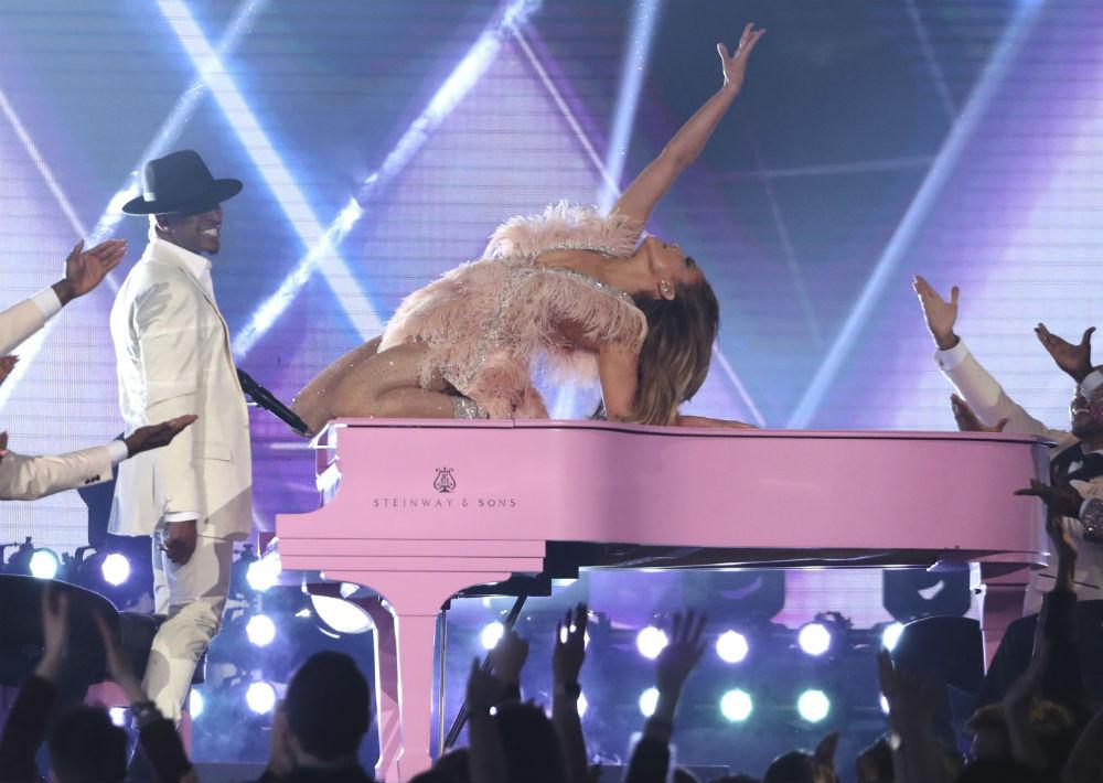 Cuando de performance se trata, la estrella siempre saca partido de su buena figura y sensualidad. En la pasada edición de los premios Grammy participó en un tributo a Motown junto al cantante Ne-Yo. (Archivo)