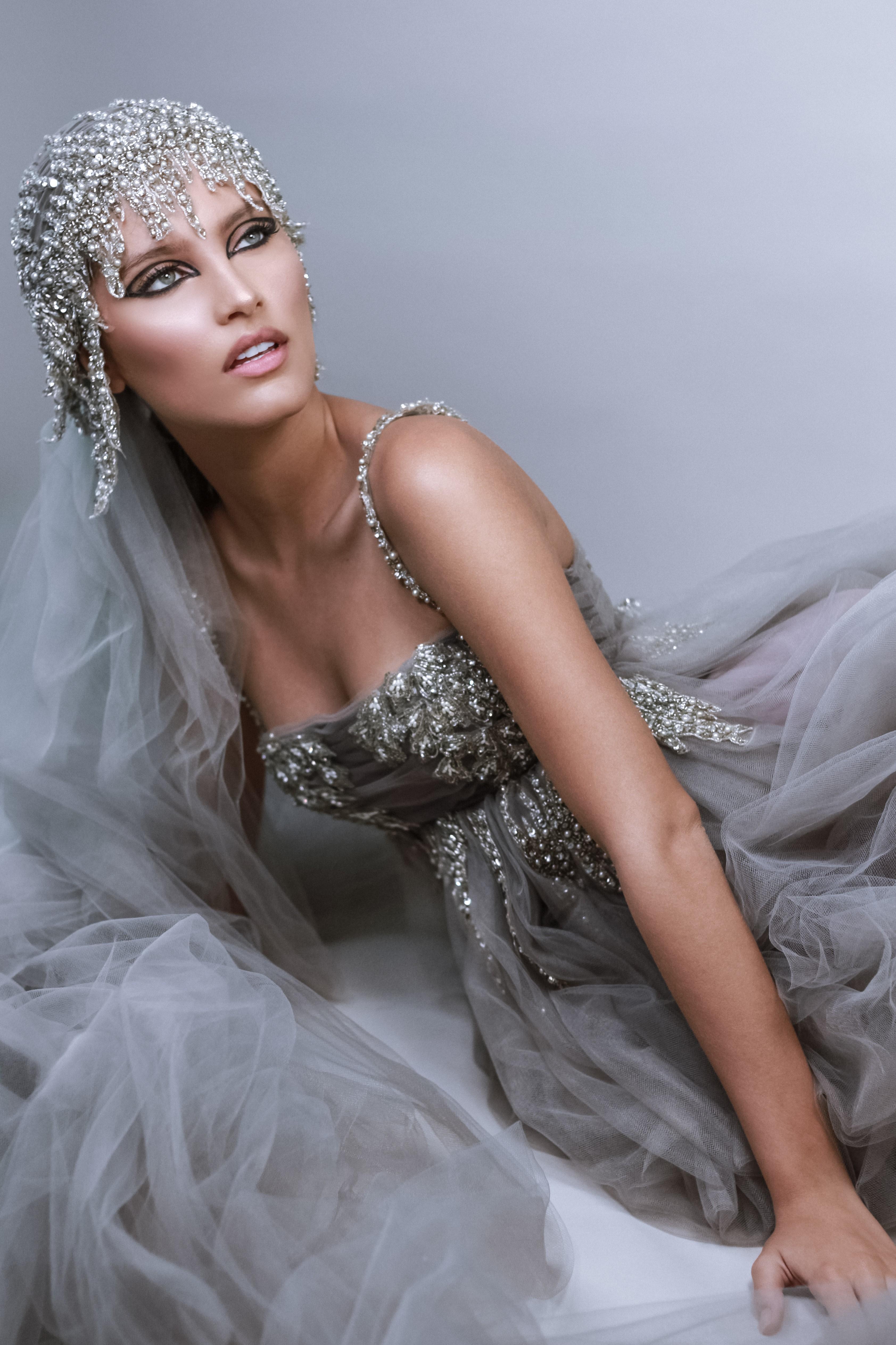 Krystal modela un vestido de Stella Nolasco. El maquillaje estuvo a cargo de Christopher Feliciano y la foto fue tomada por José Antonio Alameda. (Foto Suministrada)