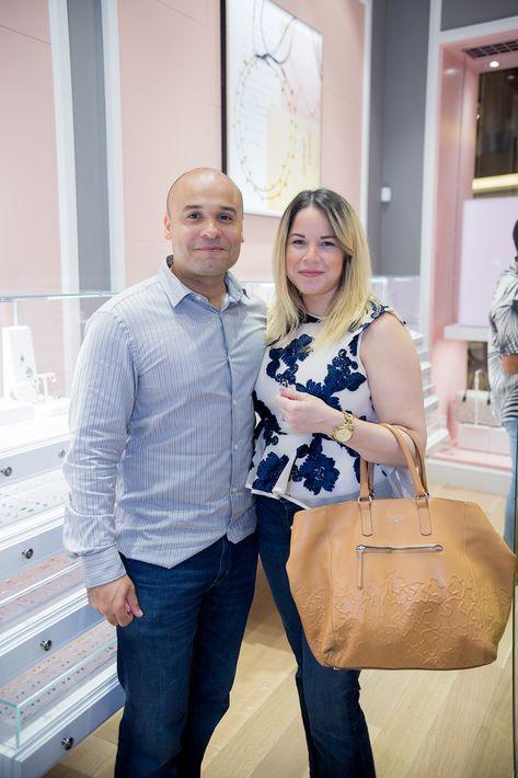Jorge García y Lisa Hernández, en la apertura de la tienda Tous en The Mall of San Juan.