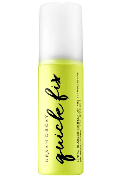 """1. Hidratante en """"spray"""" - Es bueno refrescar el rostro durante el día de playa. Para ello, en el mercado hay diferentes """"sprays"""" que, además, contienen vitaminas y otros ingredientes para fortalecerla. Quick Fix de Urban Decay. (Suministrada)"""